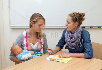 Witten  Deutschland  Medizinstudentinnen an der Universitaet Witten-Herdecke