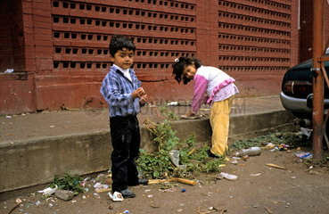 Mexikanische Kinder spielen auf der Strasse in Fresnillo