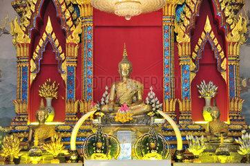 Altar mit goldener Buddhastatue