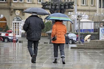 Ehepaar mit Regenschirmen