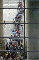 Besucherschlange vor dem Reichstagsgebaeude  Berlin