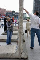 Berlin  Touristen an Mauersegmenten