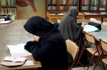 Studentinnen in der Universitaetsbibliothek Oran