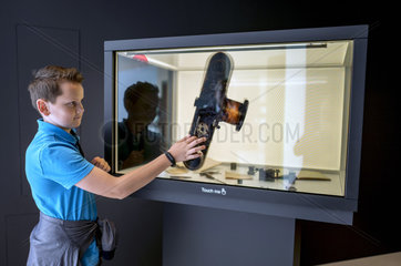 Junge am Touch-Screen