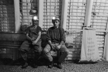 Deutschland  Nordrhein-Westfalen 1993 -Bergleute bei Schichtende  Steinkohlen-Bergwerk der Ruhrkohle AG