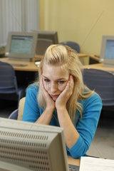 Frau bei Jobsuche auf dem Arbeitsamt