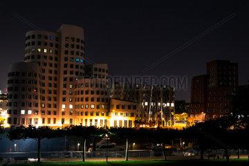Nachtaufnahme Medienhafen Gehry-Bauten. Night shot Media Port Gehry Buildings.