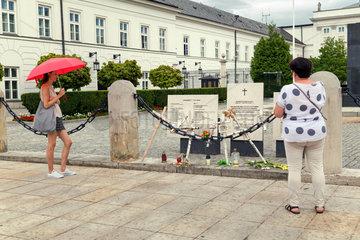 Warschau  Masowien  Polen - Gedenktafeln fuer die Opfer des Flugzeugabsturzes von Smolensk vor dem Praesidentenpalast