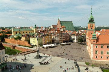 Warschau  Masowien  Polen - Blick auf Schlossplatz  Koenigsschloss und Stadtmauer