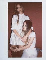 Zwei Junge Frauen in weissen Kleidern