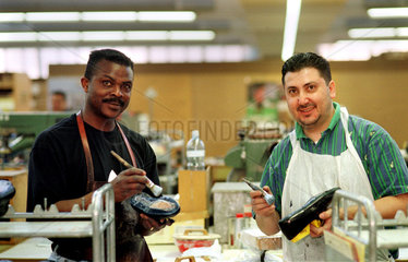 Portrait eines weissen und eines schwarzen Arbeiters  Schoenenwerd  Schweiz