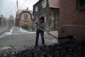 Polen  Bytom (Beuthen) - Anwohner der Bergarbeitersiedlung Bobrek schaufelt Steinkohle in den Keller