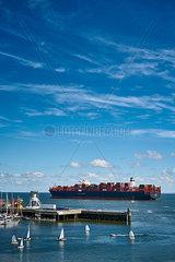 Containerschiff in der Elbmuendung