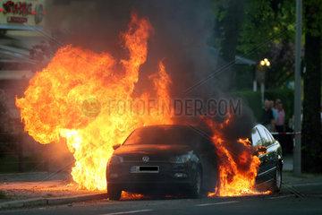 Berlin  Deutschland  Autos auf einer Strasse brennen
