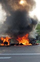 Leipzig  Deutschland  Auto brennt auf dem Seitenstreifen der A9
