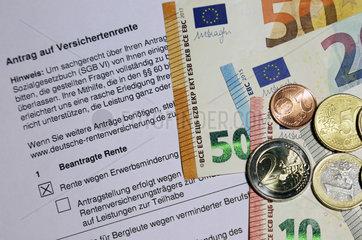 Berlin  Deutschland  Antrag auf Versichertenrente sowie Euroscheine und -muenzen