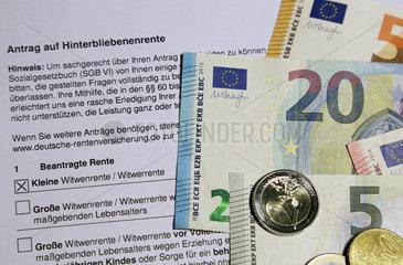 Berlin  Deutschland  Antrag auf Hinterbliebenenrente sowie Euroscheine und -muenzen