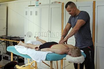 Hoppegarten  Deutschland  Mann wird von einem Physiotherapeut behandelt