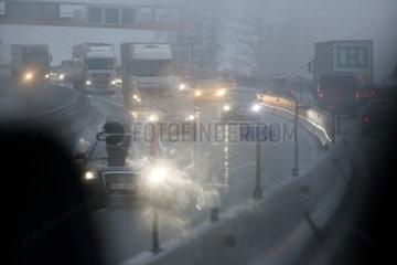Endach  Oesterreich  Symbolfoto  schlechte Sicht im Strassenverkehr bei Nebel
