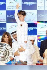 Dubai  Vereinigte Arabische Emirate  Scheich Hamdan bin Mohammed al Maktoum  Kronprinz von Dubai  mit seinem kleinen Halbbruder Scheich Zayed bin Mohammed al Maktoum beim Pferderennen auf der Galopprennbahn Meydan