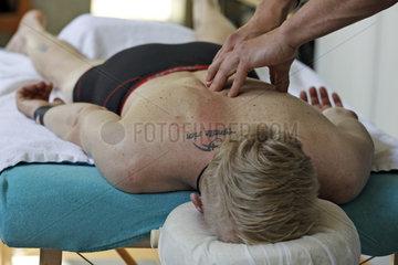 Hoppegarten  Deutschland  Mann wird von einem Physiotherapeut am Ruecken behandelt