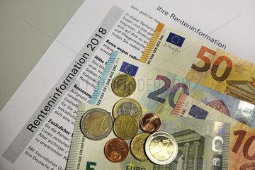 Berlin  Deutschland  Renteninformation sowie Euroscheine und -muenzen