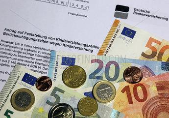 Berlin  Deutschland  Antrag auf Feststellung von Kindererziehungszeiten sowie Euroscheine und -muenzen
