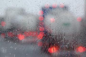 Endach  Oesterreich  Symbolfoto  schlechte Sicht im Strassenverkehr bei Regen