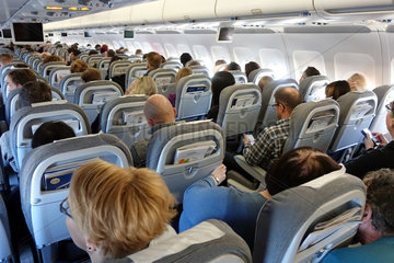 Berlin  Deutschland  Menschen in einer Flugzeugkabine