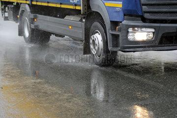 Teltow  Deutschland  LKW bei der Fahrt auf nassem Asphalt