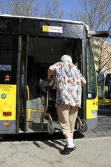 Teltow  Deutschland  Seniorin steigt mit Rollator in einen Bus der BVG ein