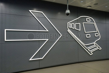 Vantaa  Finnland  Pfeil und Piktogramm eines Zuges