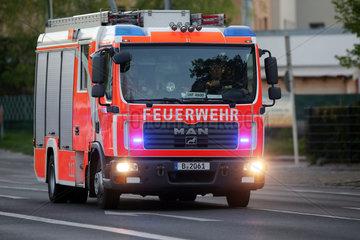Berlin  Deutschland  Feuerwehr auf Einsatzfahrt
