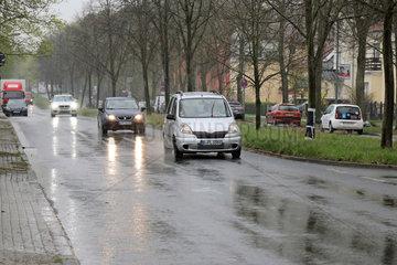 Teltow  Deutschland  Autos bei der Fahrt auf nassem Asphalt