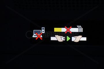 Hongkong  China  Anschnallzeichen  Laptop- und Handyverbot sowie Nicht-rauchen-Hinweis in einem Flugzeug