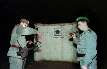 Polnischer Soldat bei Schiessuebung  Slubice  Polen