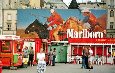 Markt mit Marlboro-Reklame in Warschau