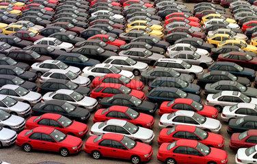 fabrikneue Autos im Ueberseehafen von Bremerhaven