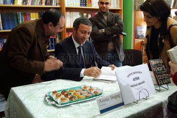 Algerien  Algier  Azouz Begag bei Buchsignierung