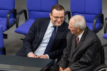 Jens Spahn und Wolfgang Schaeuble im Gespraech im Bundestag