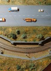 Modelleisenbahn mit Strasse