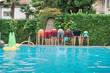 Gruppe Leute am Swimmingpool