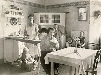 Frauen arbeiten im Haushalt  Kinder  Familienleben  1933