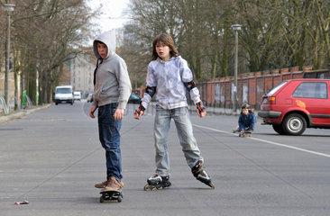 Berlin  Deutschland  jugendliche Skater und Blader auf einer Strasse in Berlin