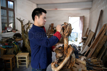 CHINA-ANHUI-JINGXIAN-WOODCARVING (CN)