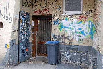 Hauseingang mit Grafitti verschmiert