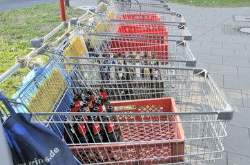 Bei einer Grossveranstaltung haben Pfandflaschensammler ihre Einkauswagen abgestellt.