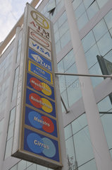 Kambodscha: Kreditkarten - Anzeige an einem Bankgebaeude