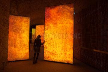 Barcelona  Spanien  Lichtinstallationen in den Ausstellungsraeumen der Moritz Bierbrauerei