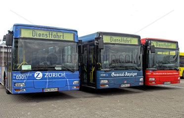 Dienstfahrt. Stadtbusse auf dem Betriebsgelaende